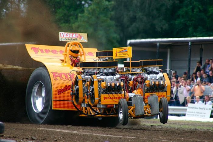 STRANGE HUGE TRACTOR PULL MACHINE WITH 4 V-8 ENGINES!