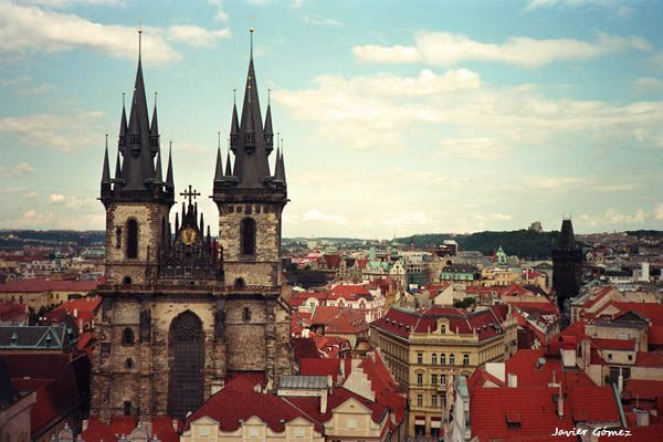 Vista de #Praga, con la iglesia de Nuestra Señora de Tyn en primer plano