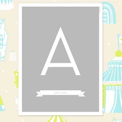 Namntavla i stilren design. Banner med namn under bokstaven, Finns med fyra olika bakgrundsfärger! #itsteatimedarling #namntavla #barn #barnposter #namntavla #namntavlor #doptavla #barnrum #kidsroom #bokstavstavla