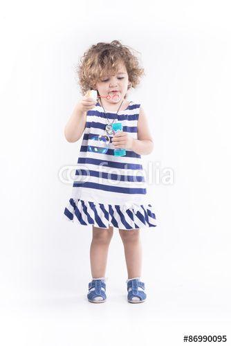 #adorabile #appartamento #bambino #bella #bianco #blu #bolla #botta #buffo #carina #carino #caucasico #colpo #divertimento #espressioni #felice #felicità #femmina #giocare #gioco #giocoso #gioia #giovane #infanzia #isolato #occhio #persona #persone #piccolo #primo #piano #ragazza #ritratto #sano #sapone #sfondo #testa #viso