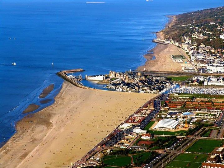 Votre Bateau pour vos Vacances en Normandie - Location de gite en Normandie. Découvrez la Marina de Deauville vue du ciel