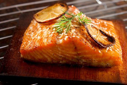 500 g lososa (nejlépe čerstvého - jen chlazeného), 1 dl olivového oleje, 3 lžíce bílého vína, 2 lžíce octa balzamico, 2 prolisované stroužky česneku, 50 g sezamových semínek, 1 lžíce medu, několik plátků citronu, sůl, pepř