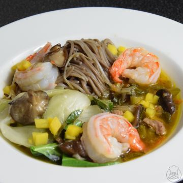 Soba nudle s krevetami, kuřetem a houbami shitaake - Výborné pohankové nudle s krevetami