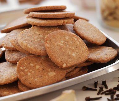Förtjusande goda och franskt skurna pepparkakor. De kraftfulla kryddorna tillsammans med sötmandel gör kakorna ljuvliga. Enkla att göra och ett roligt alternativ till vanliga pepparkakor.
