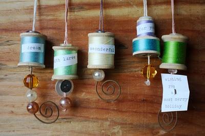 vintage spool gift tags for craftzine via scrumdillydilly.Thread Spools, Crafts Ideas, Crafts Cool Ideas, Wooden Spools, Spools Gift, Vintage Spools Tags Step8B Jpg, Gift Tags, Christmas Ornaments, Crafty Ideas