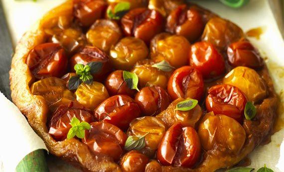 La tarte tatin ai pomodori è una torta salata velocissima da preparare che vi stupirà con il suo sapore delicato. La versione salata della tarte tatin (che prevede l'uso delle mele) è una ricetta perfetta per l'estate: create delle mono porzioni e servitela come antipasto o finger food.