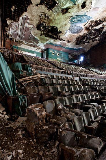 À la mémoire des cinémas américains abandonnés, par Matt Lambros  Plus de découvertes sur Souterrain-Lyon.com