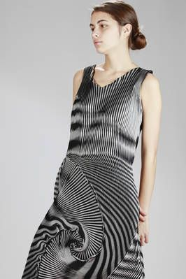 Issey Miyake | steam stretch pleated longuette dress in triacetate, polyester and polyurethane, optical two-tone | #isseymiyake