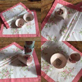 Tischsets aus Rosenstoff - Aus Euren schönen Stoffe habe ich Tischsets passend zu meinen Töpfer Arbeiten gemacht sowie Bestecktaschen.  Diese Kreation ist der Beweis, dass man mit ein wenig Geschick die Tischdekoration so schnell aufhübschen kann. Leider ist der verwendete Rosenstoff nicht mehr verfügbar, wir haben aber so viele hübsche Alternativen im Angebot, sodaß man schnell fündig wird...