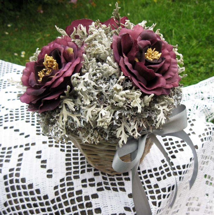 Fialová s šedou Košíček laděný do fialové, šedé a bílé barvy, výška dekorace 19 cm.