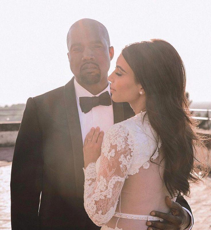 Kim Kardashian Teilt Kanye West Hochzeitsfoto Zum 4 Jahrigen Jubilaum Kim Kardashian Und Kanye West Feiern Vier Jahre Ehe Kardashian Kimkardashianstyle En 2020 Vestido De Novia Kim Kardashian Kim Kardashian Boda Novios Boda