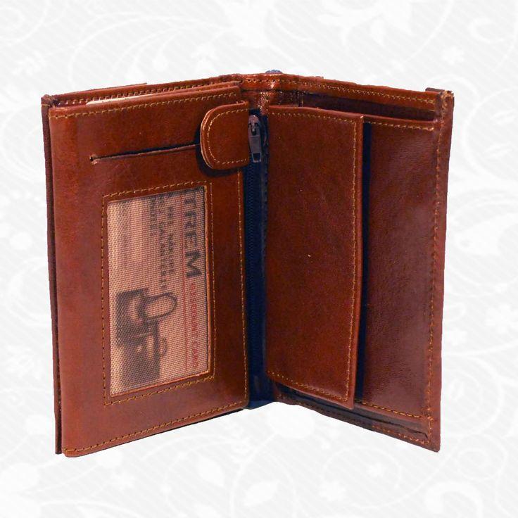 Praktická kožená peňaženka vyrobená z prírodnej kože. Kvalitné spracovanie a talianska koža. Ideálna veľkosť do vrecka a značková kvalita pre náročných. Overená kvalita pravej kože. Peňaženka sa vyznačuje vysokou kvalitou použitých materiálov a ich precíznym spracovaním.  http://www.vegalm.sk/produkt/kozena-penazenka-c-7803/