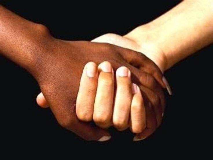 6)Mi viene in mente la mia amica. Penso a lei, penso alla nostra amicizia finita solo a causa di uno stupido pensiero… Ci rifletto molto. E alla fine decido di farne parte. Non riesco a pensare che quelle che sia successo a me e Grigina posso accadere a qualche altra nuvola. Diffondo quindi la notizia: cerco nuvole che siano contro il razzismo, per convincerle a far parte di questa associazione. Giro quartieri, città. Trovo nuvole che si uniscono a me.