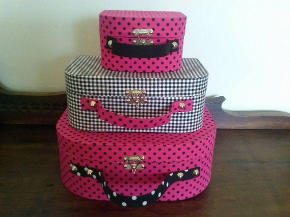 Trio de maletas em cartonagem, confeccionado em papelão rígido cinza e revestido de tecido 100% algodão.  Perfeita para sua decoração, seja de festa ou de um ambiente de sua casa. São resistentes, versáteis e muito charmosas.  Medidas:  Maleta G: 30x20x11 cm  Maleta M: 20x15x10 cm  Maleta P: 15x11x9 cm  As alças são de EVA revestido de tecido. R$ 160,00