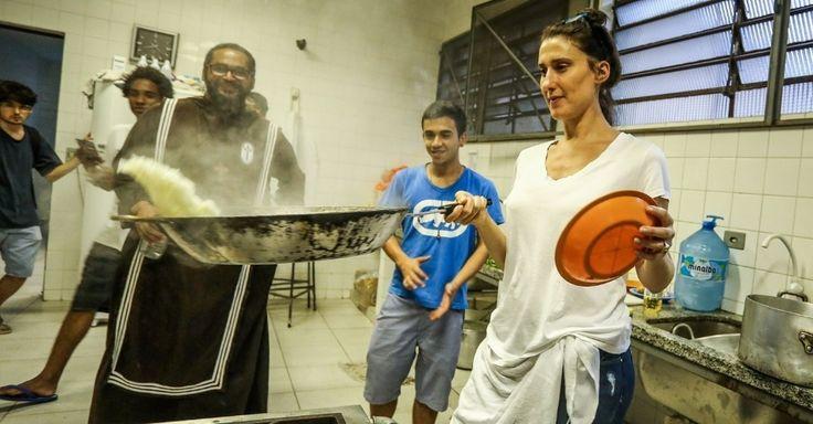 """Jurada do """"MasterChef"""", a chef Paola Carosella cozinha para estudantes durante visita à ocupação da escola Fernão Dias Paes, em São Paulo"""
