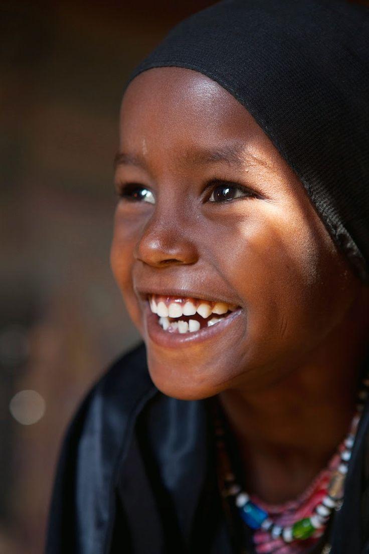 En pays Afar (Ethiopie), on s'arrête dans le village de Saida, inspirante petite fille au regard lumineux qui accepte de poser devant sa ca...