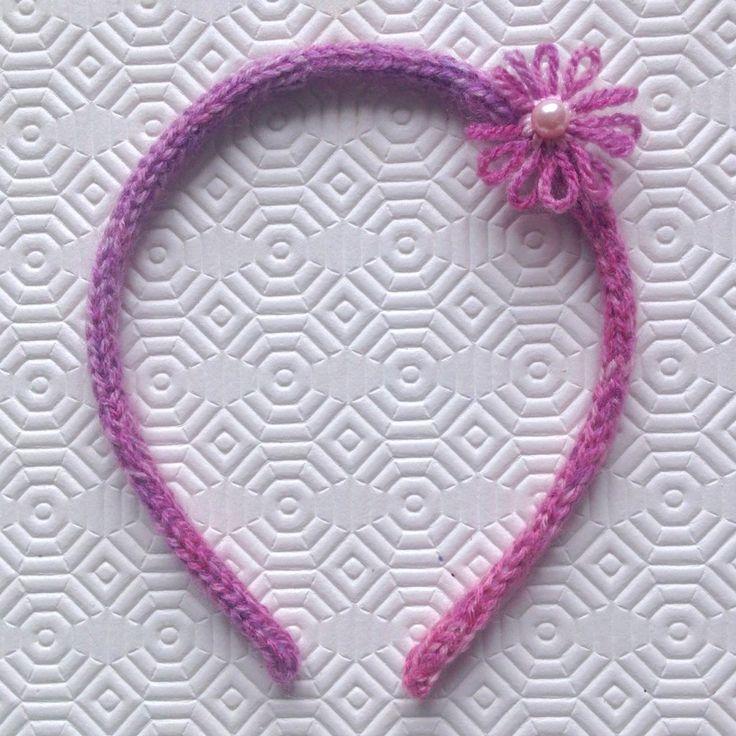 Cerchietto per capelli mélange nelle tonalità del rosa rivestito, con fiorellini e perla centrale, fatto a mano in tricotin, by La piccola bottega della Creatività, 6,90 € su misshobby.com