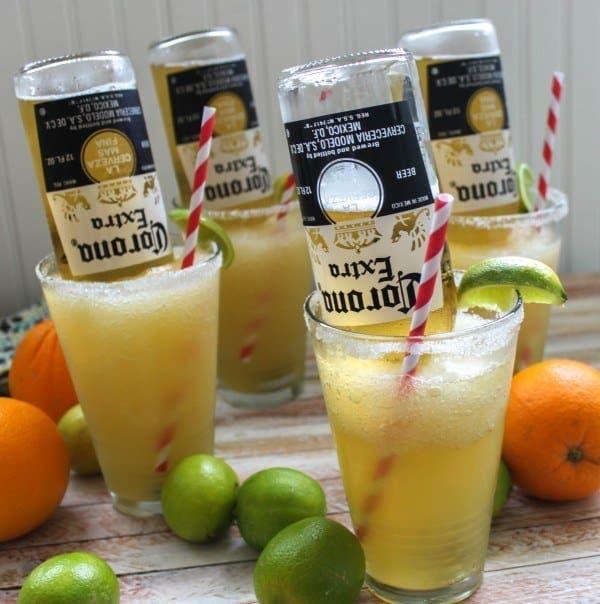 Ingredientes:Jugo de LimónJugo de NaranjaTriple Sec (Contreau, Grand Marnier o Licor de Naranja)TequilaCerveza Corona o Coronita preferiblementeJarabe de Goma, Sirup SimpleClava la botella de corona en ese vaso siguiendo la receta aquí.
