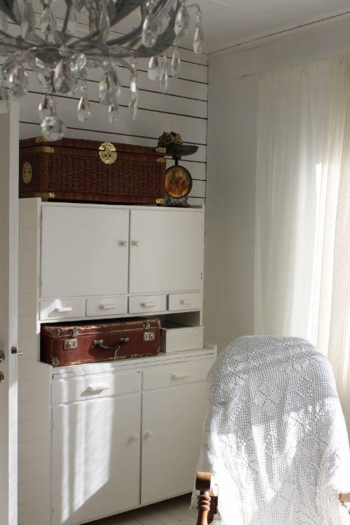 Vanha emännänkaappi. Mummolan perintökalleus koristaa 50-luvun talon olohuonetta maison Viehkossa. 50-luvun talo, rintamamiestalo, sisustus, maalaisromanttinen, brocante