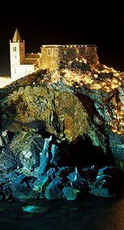 Luci e devozione a Porto Venere Domenica 17 agosto nel cuore del Golfo dei Poeti la festa dedicata alla Madonna Bianca. Una notte magica per un'idea di vacanza indimenticabile
