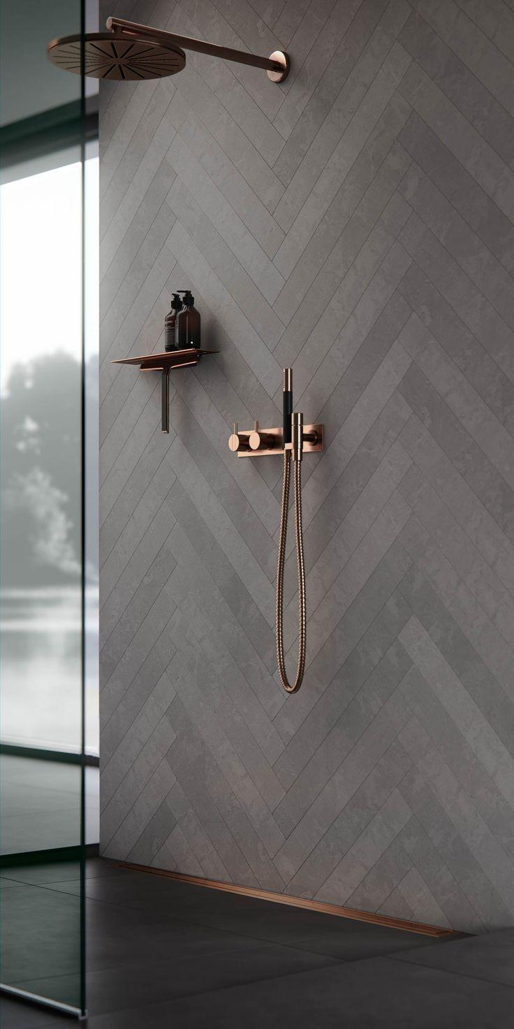 Ich liebe das Muster an dieser Wand. Plus die kupferne Farbe der Duschpaare, damit wir …