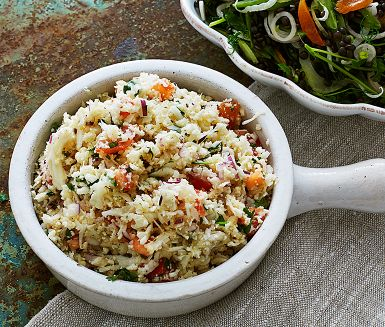 Blomkålscouscous får du enkelt genom att riva ett blomkålshuvud; ett grönt och knaprigt alternativ till vanlig couscous eller ris. Tillsammans med krispiga rädisor, söta tomater och örtig koriander blir det en fräsch sallad till både kött och vegetariskt.