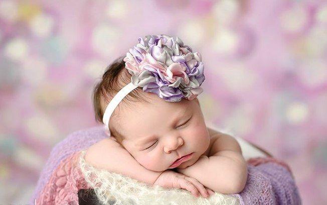 Que tal uma grande flor com vários tons na cabeça da bebê?. Foto: Pinterest/Iliasis Muniz photography