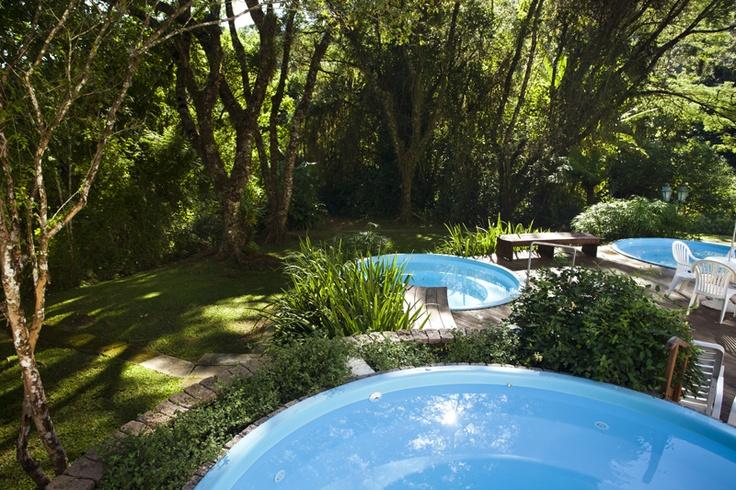 Banheiras de hidromassagem com água mineral coberta de verde no Plaza Caldas da Imperatriz Resort & SPA, em Santa Catarina. Foto: Dr. Pictures