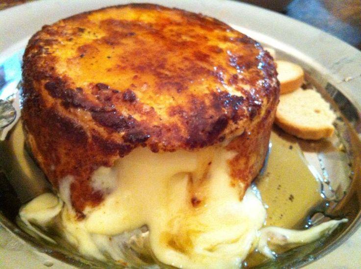 """""""Gente, facil e desesperadamente bom!!! Pega um queijo Camembert, passa no trigo, na gema do ovo e na farinha de rosca, nessa seqüência. Depois frita em fogo médio na manteiga de garrafa ou manteiga clarificada. Vai virando pra fritar todo, até dos lados. Sirva com mel no fundo do prato e por cima do queijo. Comer com pão italiano ou torradas!"""""""