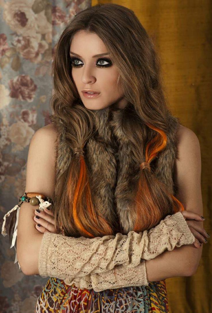 maquillage smokey eye, bracelet en perles de bois, coiffure couettes et gilet sans manches fourrure