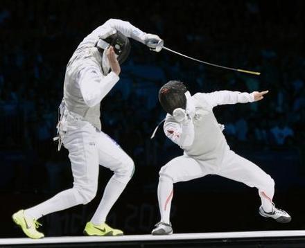 男子フルーレ団体決勝 イタリア選手(左)を攻める太田=エクセル(共同)
