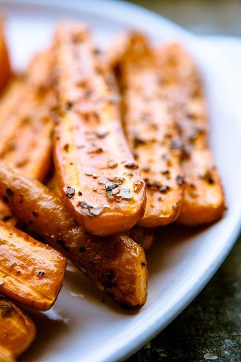 """Ofengeröstetes Gemüse und ich. Wir sind uns erst vor ein paar Jahren das erste Mal begegnet, aber es war Liebe auf den ersten Blick. Denn seitdem wandert der Großteil """"Grünzeug"""" nicht mehr in den Topf, sondern vorwiegend in den Ofen. Rosmarinkartoffeln aus dem Ofen und gebackene rote Bete waren da nur der Anfang meiner Ofengemüse-Liaison. …"""
