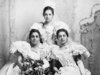Дочери последнего махараджи Далипа Сингха: слева - принцесса Бамба София Дзиндан; справа - принцесса София Дзиндан Александровна; стоит - принцесса Екатерина Хильда.