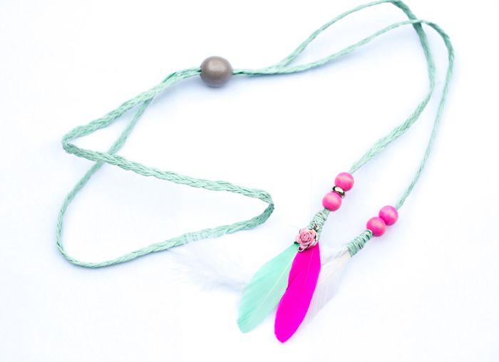 Mint groene gevlochten hoofdbandje met feathers - Hip en Haar  #hoofdbandjes #ibizastyle #hippiestyle #hairwraps https://www.hipenhaar.nl/haaraccessoire/7727/