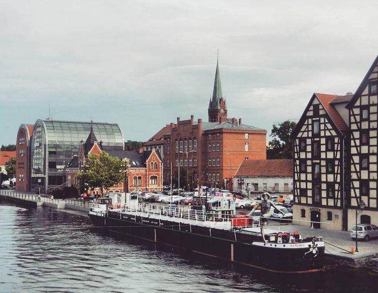 Bydgoszcz to miasto w którym kończył się mój 3-dniowy wyjazd rowerowy. Największe miasto województwa kujawsko-pomorskiego jest zupełnie inne niż Toruń ale to nie oznacza że nie ma tu ciekawych miejsc  ____________ #docelowo #Bydgoszcz#Kujawy#kujawskopomorskie#Brda#rzeka#miasto#staremiasto#centrum#wycieczka#podróż#podróże#Polska