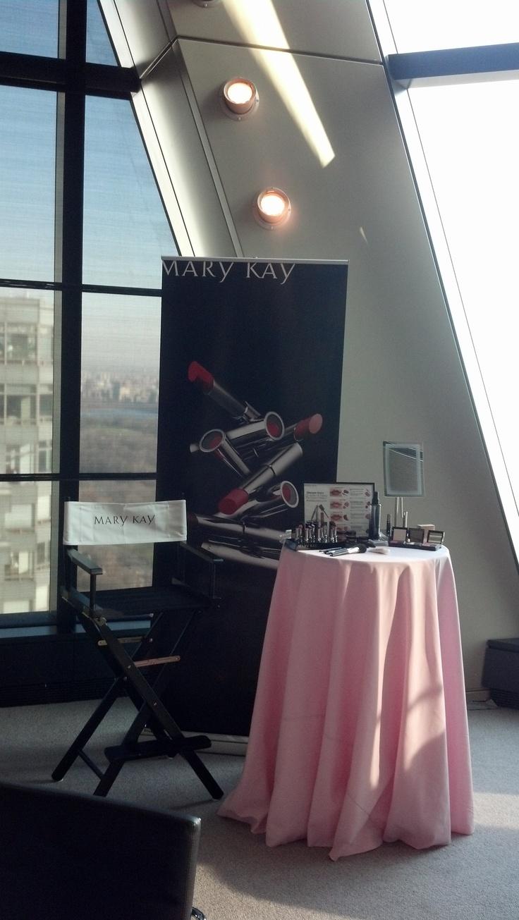 Uma cena do evento de lançamento do batom True Dimensions ™ com editores de revistas.