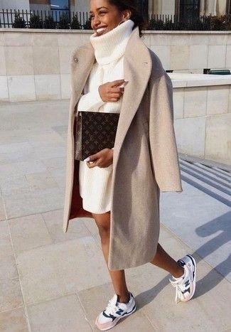 Tenue: Manteau beige, Robe-pull en tricot blanche, Chaussures de sport blanches,…