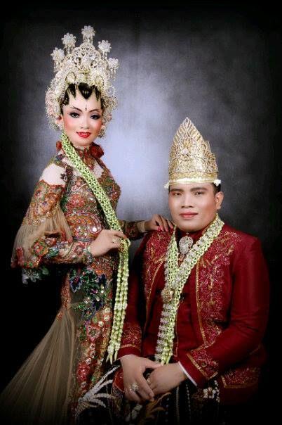 """this is my gown wedding...Kebaya pertama yang saya gunakan dalam acara """"Temu Manten"""""""