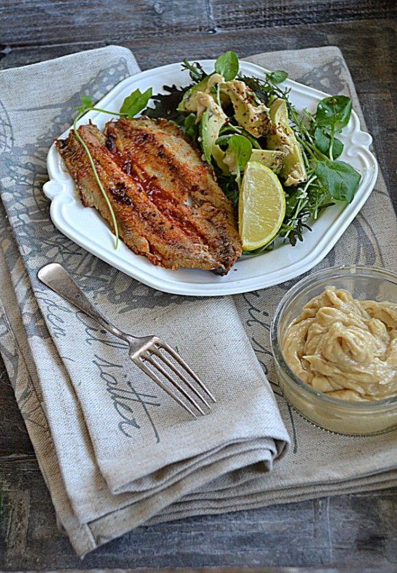 Matiasy w harrisie i Majowe sałaty z awokado i sosem tahini
