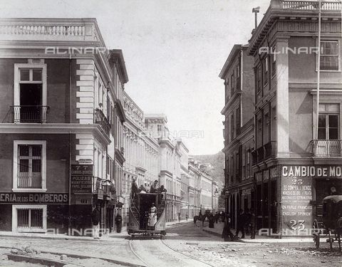 Valparaíso (Chile) - Una strada a Valparaiso, Cile, 1885 ca., Raccolte Museali Fratelli Alinari (RMFA), Firenze