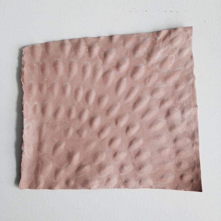 Geitenleer, print met behulp van mal (Lederhandel William Kooij)