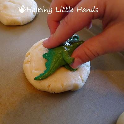 Fußabdruck-Keks. Man nimmt einen Plastik-Dino zur Hand und legt los.