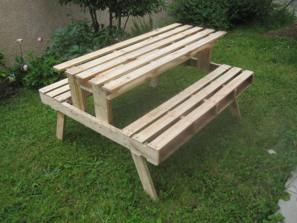 Garden picnic table made with discarded pallets pallet - Fabriquer une table de jardin en bois ...