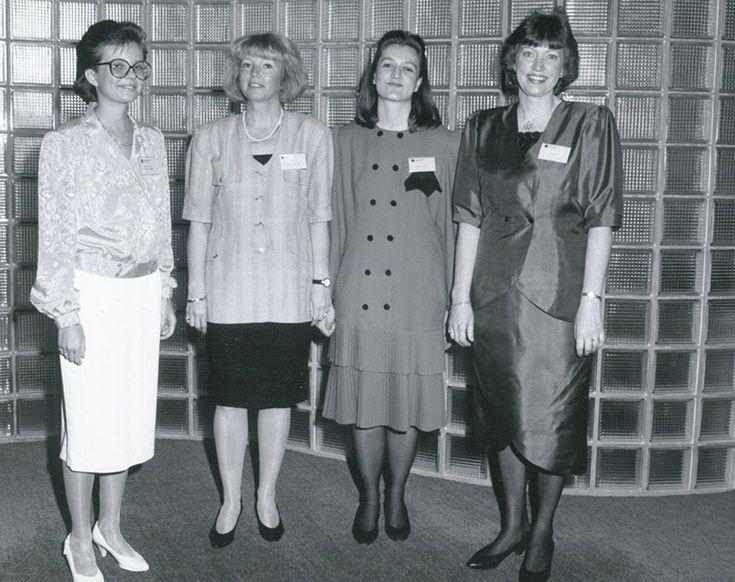 Tasavallan presidentti Mauno Koivisto vieraili Markkinointi-instituutissa 26.5.1991. Markkinointi-instituutin henkilöstöä valmistautumassa vastaanottajaan presidentin.