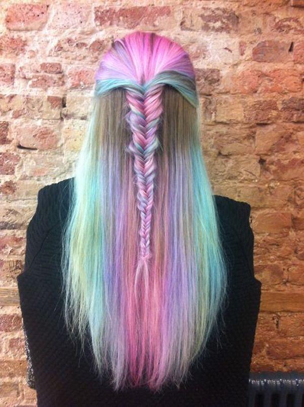 Fille aux cheveux rose de l'eau de Javel