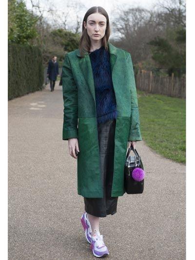 Lange groene jas & Nike Air Max @ Londen Fashion Week - Dit zijn ze dan: de 24 beste streetstyle looks @ Londen Fashion Week #streetstyle #fashion #model #fashionweek #ELLE