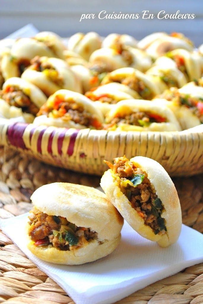 Une recette toute simple de Batbouts (pain traditionnel marocain) farcis à la viande hachée et aux poivrons. Un régale à ne pas manquer !