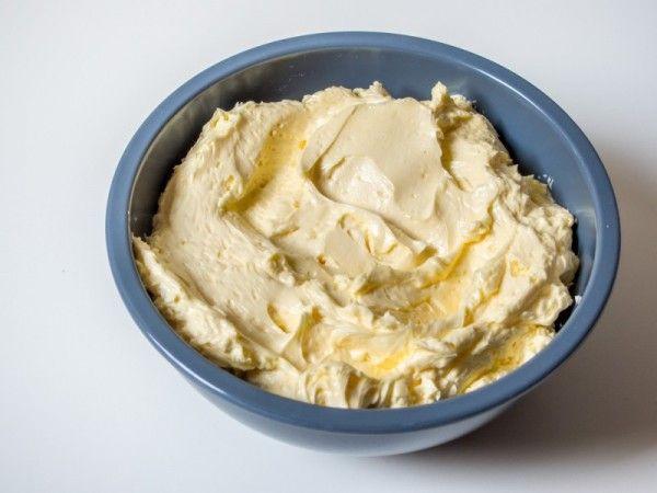 Für die Französische Buttercreme werden Eigelb mit heißem Zuckersirup aufgeschlagen und mit Butter verrührt. Es entsteht eine dekadente Creme.