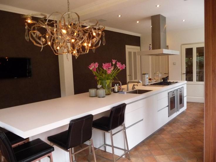 Bulthaup B1 keuken, Alpinewit kook-spoeleiland. Prachtig het contrast met het jaren 30 huis.