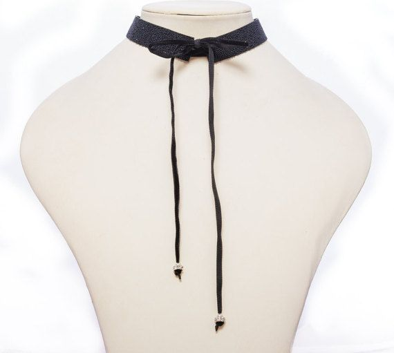 Bow tie velvet choker with a glittery effect